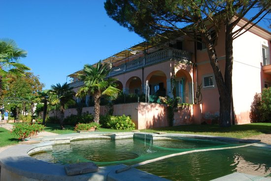 Schöner Großer Pool  Picture Of Villa Zuccari, Montefalco. Inn At Harbour Town Hotel. Bowen House. The Manor Hotel Heathrow. Luxury Serviced Suites @ Times Square. Dall'Onder Grande Hotel. By The Bay Beachfront Apartments. Bluesun Borak Hotel. New Hall & Spa Hotel