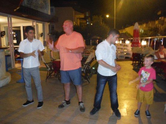 Prestij Apartments: Dancing waiters and guests