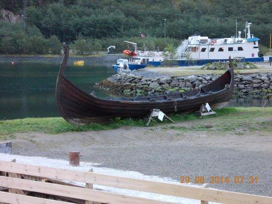 Gudvangen Fjordtell : l'imbarcazione vichinga accanto all'hotel