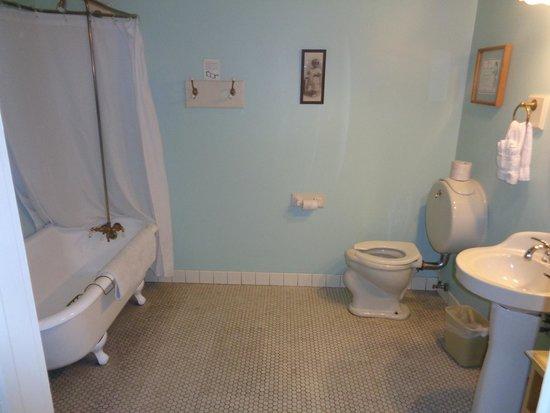 Holbrooke Hotel: Funky and huge bathroom
