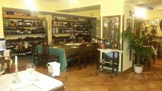 Il Rifugio: Bella sala interna con esposizione di vini