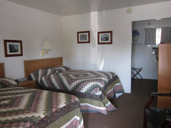Ray's Den Motel: View of the room from door