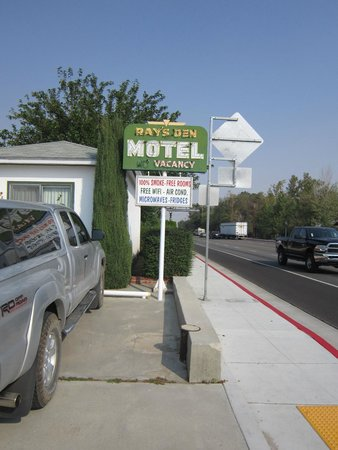 Ray's Den Motel: Sign Welcoming Us