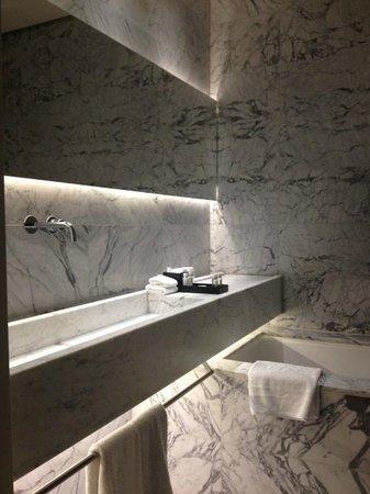 La Suite West - Hyde Park: The lovely bathroom