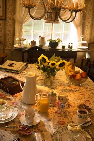 Truman Gillet House B & B: Breakfast Table