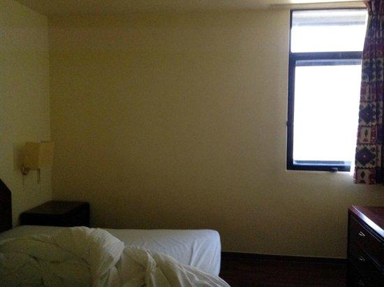 Le Commodore Hotel: Small window simple room