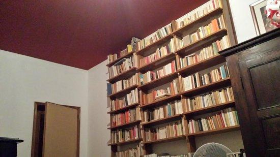 B&B Ca'barbaria : la bibliothèque de la chambre