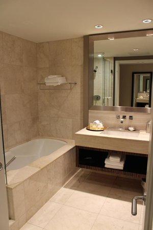 L'Hermitage Hotel: beautiful bathroom