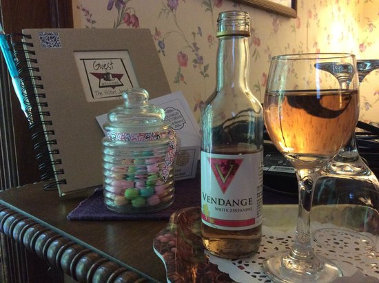 Franklin Victorian Bed & Breakfast: Wine for two!