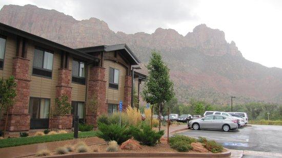 Hampton Inn & Suites Springdale Zion National Park: Front of hotel