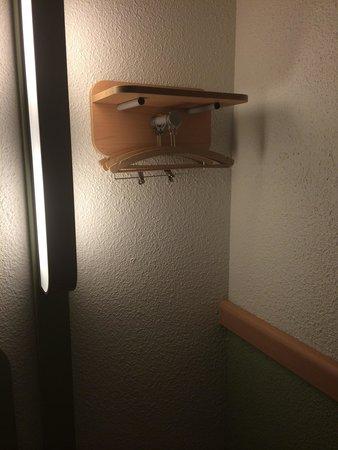 porte manteau et petite tag re picture of ibis budget. Black Bedroom Furniture Sets. Home Design Ideas