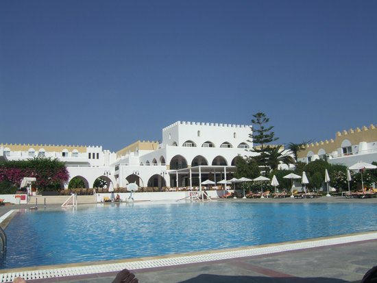 Platanista Hotel : Pool to main building
