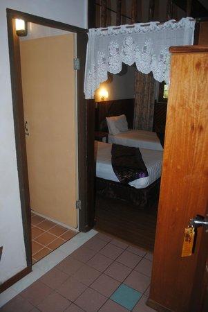 Sepilok Jungle Resort : Вид на номер сквозь прихожую, ванная слева