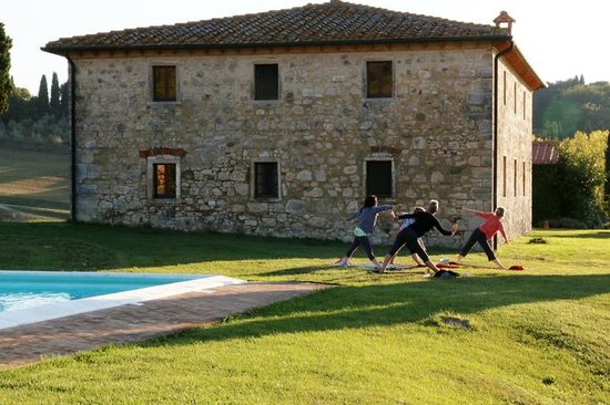 Villa Le Ginepraie : Yoga Class at the pool area
