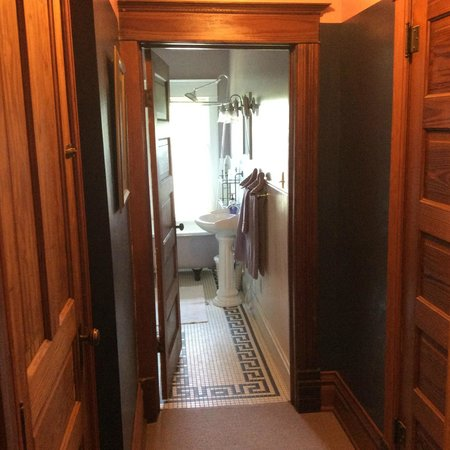 Lennox, Южная Дакота: Hallway within room to our washroom