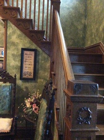 Lennox, Южная Дакота: Beautiful staircase to B&B rooms