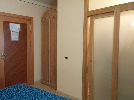 Hotel Anna's : La puerta del baño no aisla acusticamente
