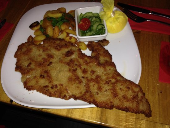Restaurant Schnitzelei: The schnitzel is way to large for the plate - just great.