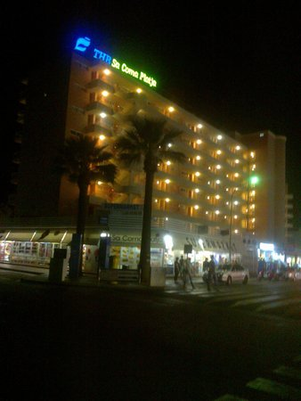Aparthotel THB Sa Coma Platja : nightime view (Front)