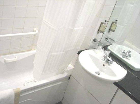 Metro Hotel Dublin Airport: Clean bright bathroom