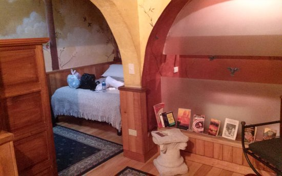 Cafe Cultura Boutique Hotel: Sitting area with books in entry way