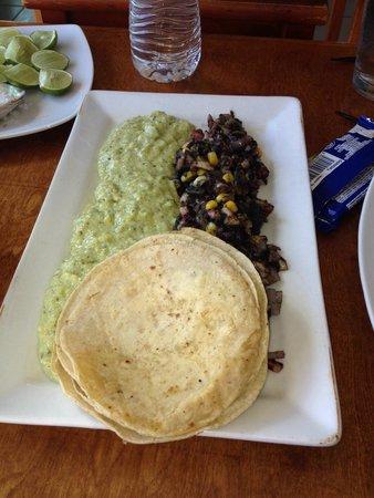 Muelle3: Tacos de pulpo con huitlacoche y polenta de cilantro
