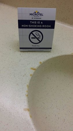 Econolodge Inn & Suites: No smoking,  right?