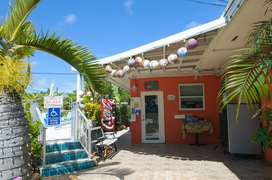 Sea Dell Motel: Front office and entry to pool