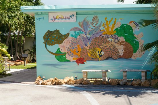 Sea Dell Motel: Decorated artwork around the grounds