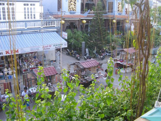 Moon's Homestay: View fropm 2nd floor - setting up for Night Market.