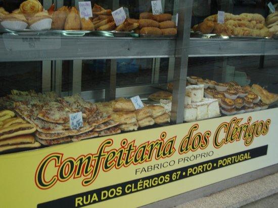 """Guest House Porto Clerigus: Confeitaria dos Clérigos, nice to eat """"françesinhas"""""""