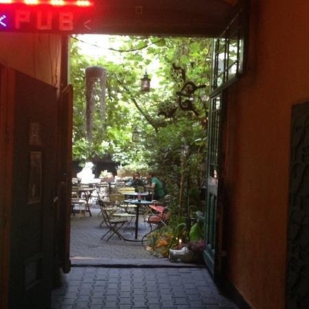 Black Gallery Pub and Food: Secret Garden