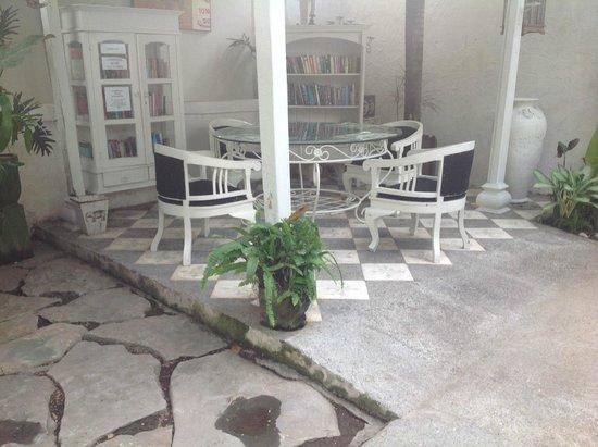 Gardenia Guesthouse: Reading nook