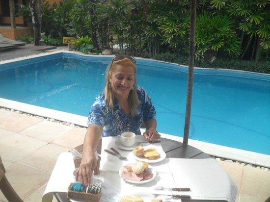 Pousada Coqueiros: Café da manhã na beira da piscina, ou no restaurante