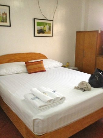 The Pub Hotel: 1 queen-sized bed. Cleanliness is fine.