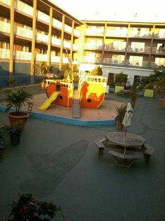 Flagship Hotel Oceanfront: court yard