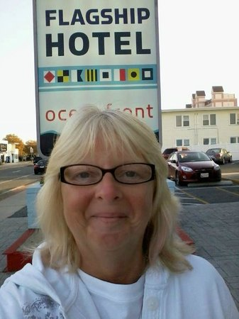 Flagship Hotel Oceanfront: sister in front of hotel