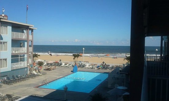 Flagship Hotel Oceanfront: beautiful view from our room on 2nd floor/ pool