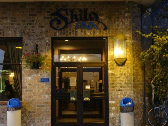 Shilo Inn Suites - Salem: Entrance to Shila Inn