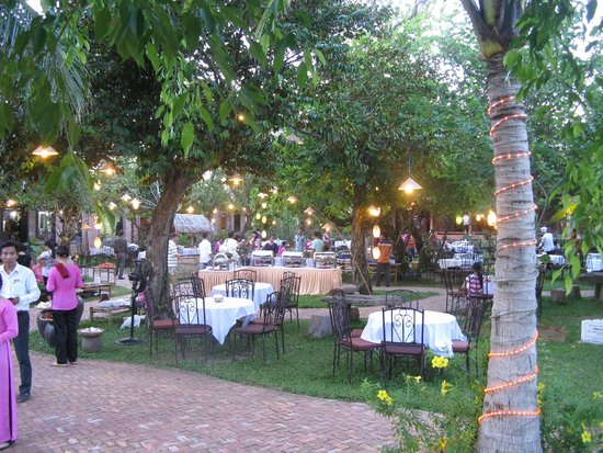 Hoi An Silk Village : Open air buffet dinner under the trees.