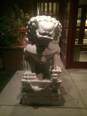 Warwick Denver Hotel: Magnificent pu dog protector.