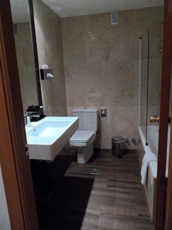 Melia Galgos: baño de nuestra habitacion