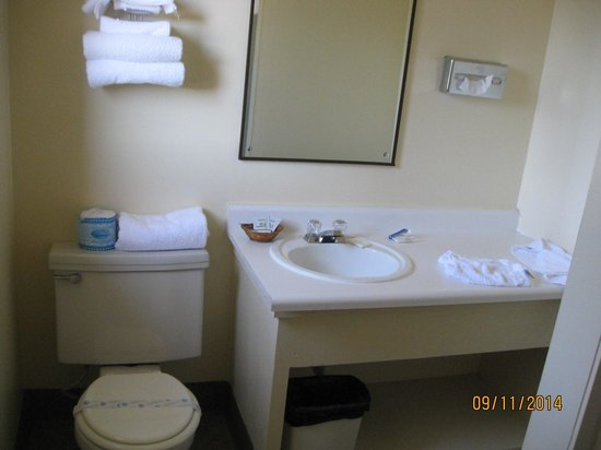 Riviera Inn: bathrom
