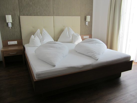 Rosenhof Weingut Hotel : Bed (Room 22)