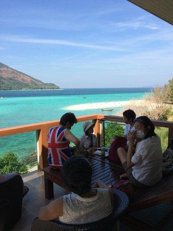 Mountain Resort Koh Lipe : 海にせり出したバルコニーでゆったりと
