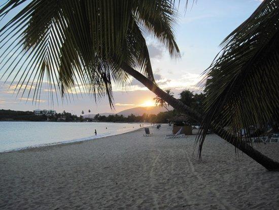 Emerald Beach Resort: beach sunset