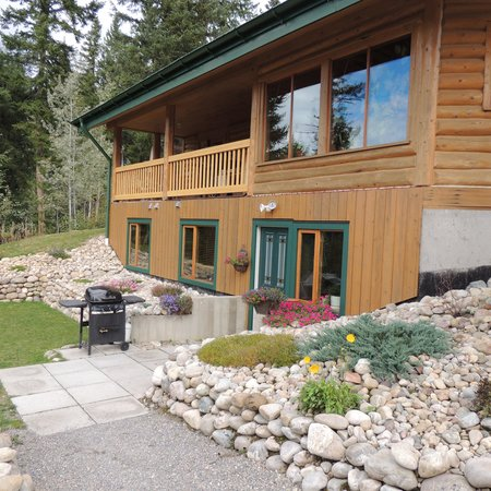 Bearberry Meadows Guest House: Quiet Basement quarters