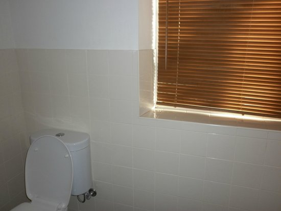 Daydream Motel: big window in bathroom for ventilation