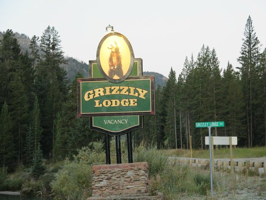 Grizzly Lodge: Entrance Gate
