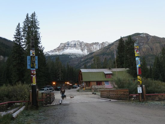 Grizzly Lodge: View from Hotel Gate